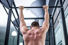Back view of muscular man doing pull ups Royalty Free Stock Photos