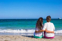 Back view of romantic couple at white beach during Royalty Free Stock Photos