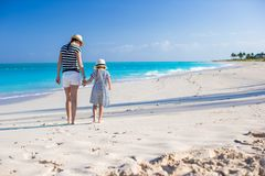 Back view of young mother and little daughter at caribbean beach Royalty Free Stock Photos