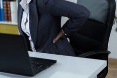Backache после работы перед компьютером Стоковые Фото
