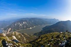 Backar av ett Miroc berg över Danube River och Djerdap klyfta och nationalpark royaltyfria bilder