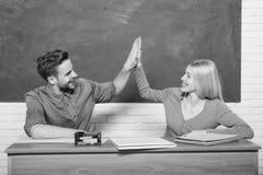 愉快的书痴 男人和妇女夫妇在教室 o r o ?? backarrow 库存照片