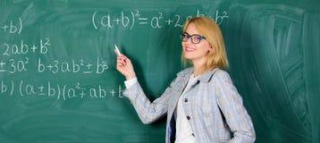 ?? ?? 愉快的妇女 学校教训的老师 r r o backarrow 免版税图库摄影
