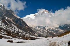 Backbackers в гималайских горах Непал, зона Annapurna, след базового лагеря Annapurna перемещение карты dublin принципиальной схе Стоковые Изображения