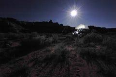 Backcountry野营在与屋顶帐篷的4x4的,美国 免版税库存照片