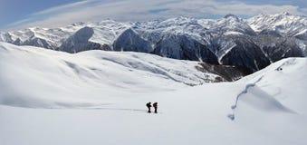 2 backcountry лыжника к далекому горному пику в австрийце Альп в зиме стоковые фотографии rf