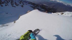 Backcountry Fahrt des Snowboarders von der Spitze des Berges drehzahl freistil Sonniger Tag stock footage