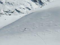 Backcountry narciarka cieszy się głębokiego prochowego narciarskiego spadek w wysokich Alps Szwajcaria w głębokiej zimie blisko M obraz stock