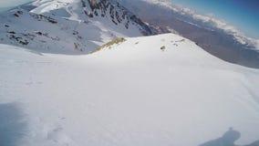 Backcountry ritt för Snowboarder från överkant av berget solig dag Extremt jippo lager videofilmer