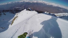 Backcountry ritt för Snowboarderstart från överkant av berget hög möjlig hastighet för bakgrundsdisko extremt arkivfilmer