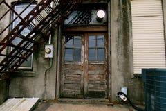 Backdoor di una casa abbandonata Fotografia Stock