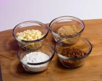 Backen-Bestandteile - Kakao, pulverisiert und Brown-Zucker, weiße Schokolade Lizenzfreie Stockfotografie