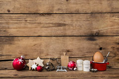 Backen in der Weihnachtszeit Hölzerner Hintergrund mit Küchengerät lizenzfreie stockbilder