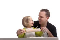 Backen des kleinen Mädchens mit ihrem Vati stockbild