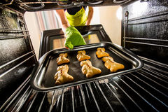 Backen-Lebkuchenmann im Ofen stockbild