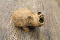 Backen-Lehm Schwein auf hölzerner Tabelle Stockfoto