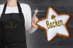 Backen & x28; no baking& alemão x29; a estrela da canela é mostrada pelo cozinheiro chefe fotografia de stock