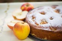 Backen Sie Apfelkuchen mit einem Apfel iin Herbst Stockfoto