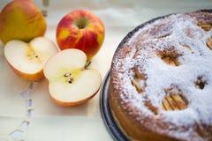 Backen Sie Apfelkuchen mit einem Apfel iin Herbst Stockbilder