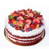 Backen Sie den roten Samt zusammen, der mit Beeren und Früchten verziert wird stockfoto