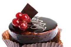 Backen Sie, die Schokolade zusammen, die mit Viburnum, weißer Hintergrund kruglay ist Lizenzfreie Stockfotografie