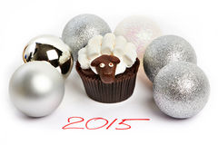 Backen Sie Lamm mit silbernen Weihnachtsbällen als simbol 2015 neue Jahre I zusammen Lizenzfreies Stockbild