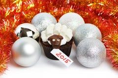 Backen Sie Lamm mit silbernen Weihnachtsbällen und Lametta als simbol 2015 zusammen Stockbilder