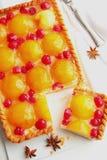 Backen Sie mit der Himbeeren und Frischkäse der Pfirsiche, zusammen. Lizenzfreie Stockfotos