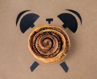 Backen Sie mit Mohnblume in Form des Weckers, Frühstückszeitkonzept lizenzfreie stockbilder