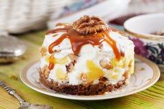 Backen Sie mit Sauerrahm, gepeitschte, gekochte Kondensmilch, Ananas, Walnüsse, Schokolade, Keks zusammen, Lizenzfreies Stockbild