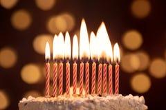 Backen Sie Schuss auf einem bokeh Hintergrund mit Kerzen zusammen lizenzfreie stockfotografie