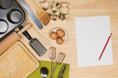 Backen und Gebäckwerkzeuge mit leerem Papier Stockfotos