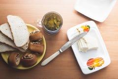 Backen und grüner Tee in der Küche Lizenzfreie Stockbilder