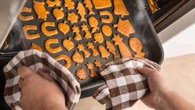 Backen von Weihnachtslebkuchen in einem Küchenofen stockbild