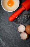 Backenbestandteile (Eier, Eierschale und Nudelholz) Stockbild