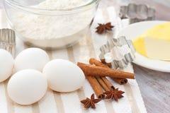 Backenbestandteile: Eier, Mehl und Gewürze Lizenzfreie Stockfotografie