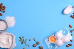 Backenbestandteile für selbst gemachtes Gebäck auf blauem Hintergrund Backen Sie süßes Kuchennachtischkonzept stockfoto