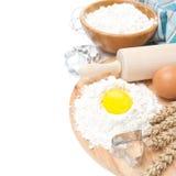 Backenbestandteile - Mehl, Ei und Backenformen, lokalisiert Lizenzfreie Stockfotos