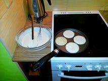Backende Pfannkuchen in einer Wanne auf einem Ofen stockbilder