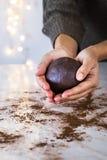 Backende Weihnachtsplätzchen zu Hause lizenzfreie stockfotos