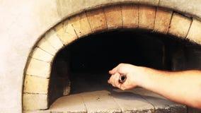 Backendes Brot im traditionellen Ziegelstein-Ofen stock footage