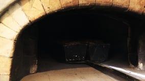 Backendes Brot im traditionellen Ziegelstein-Ofen stock video footage