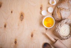 Backenhintergrund mit Brot, Eierschale, Mehl, Nudelholz Stockbild