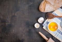 Backenhintergrund mit Eierschale, Brot, Mehl, Nudelholz Stockfotos