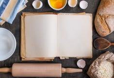 Backenhintergrund mit leerem Kochbuch, Mehl, Nudelholz Stockfotos