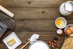 Backenhintergrund mit rohen Eiern, Butter und Mehl Stockfoto