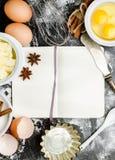 Backenhintergrund mit Zucker, Mehl, Eier, Butter Lizenzfreie Stockfotos