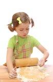 Backenkuchen des kleinen Mädchens Lizenzfreie Stockfotos