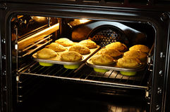 Backenmuffins im Ofen Stockbild