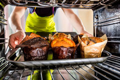 Backenmuffins im Ofen stockfotos